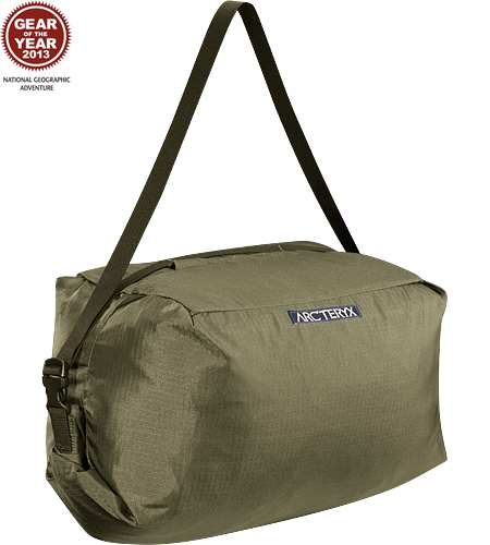 Haku Rope Bag Simple, functional rope bag with integrated tarp and a unique loading system that makes it easy to pack the rope into the main compartment for fast easy transport between climbs.