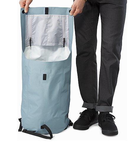 グランビル バックパック 進化した耐候性と便利な収納スペースを備えた都会派のバックパックです。