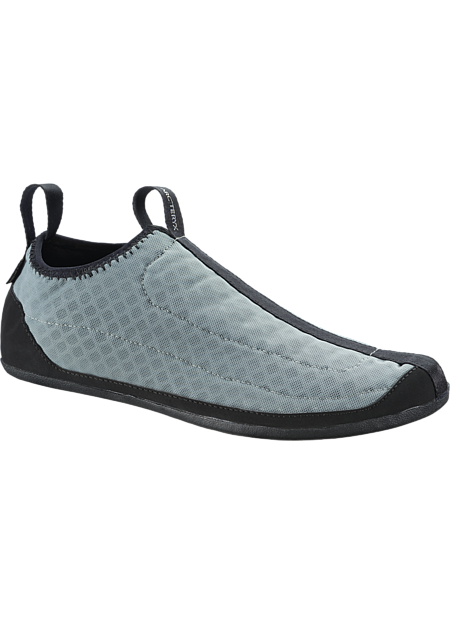 Removeable waterproof/breathable stretch GORE-TEX® liners have adaptive fit that conforms to the foot.